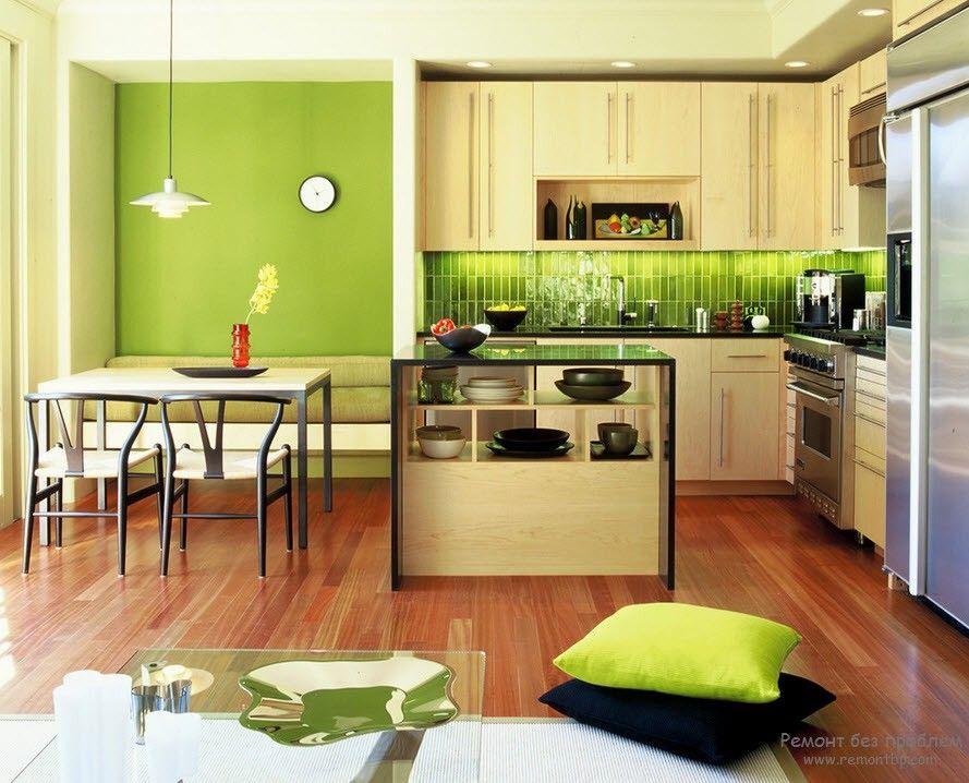 Зеленый – помимо упомянутого сочетания с другими цветами к нему идеально подходят золотисто-коричневые, темный и спокойный желтый, а также светло-бежевые оттенки.